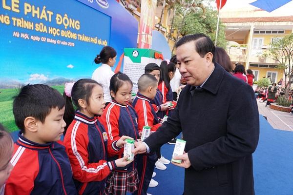 Ai phải chịu trách nhiệm về việc pha thêm 14 chất khác vào Sữa học đường Hà Nội?