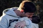Messi âu yếm hôn con trai trên phố