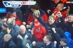 Fan M.U ngủ gật khi Old Trafford nổ tung với bàn thắng của Chicharito