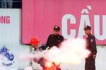 Nhân viên sân Lạch Tray khổ sở vì pháo sáng của CĐV nhà