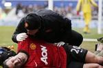 Chấn thương vì máy quay phim, Van Persie sẽ nghỉ trận gặp Real?