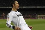 Lập cú đúp vào lưới Barca, Ronaldo tiếp tục cho Messi 'ngửi khói'