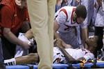 Tai nạn kinh hoàng: Sao bóng rổ gãy rời chân ngay trên sân