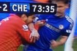 Suarez lại... cắn trộm đối thủ