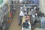 Clip: Giở trò trộm điện thoại ngay trước mặt cô gái
