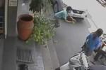 Clip: Lao vào thiếu nữ cướp tiền ngay giữa phố Sài Gòn