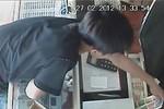 """Clip: Trộm """"nhí"""" ăn cắp thẻ cào chuyên nghiệp trong tiệm điện thoại"""