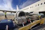 Chống mất trộm hành lý, cần cấm nhân viên bốc xếp sân bay dùng điện thoại