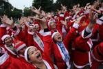 Ảnh: 200 'ông, bà già Noel' thi nhau cười mừng Giáng sinh bên Hồ Gươm