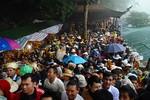 Hàng chục vạn người đổ về, chùa Hương tắc nghẽn ngày khai hội