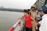 Giận chồng, bắt taxi lên cầu Chương Dương tự tử