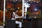 Thủy Tiên bị chộp ảnh một mình ngồi cafe, không cùng Công Vinh