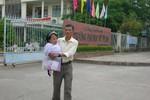 Cha 15 năm cõng con gái tật nguyền đến trường