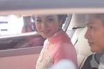 Ngắm váy cưới 'diêm dúa' và khuôn mặt nâu rám của cô dâu Jennifer Phạm