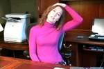 Tập yoga ngay trên ghế tại văn phòng của bạn (1)