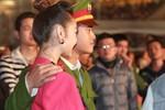 Chiến sỹ công an hào hứng chụp ảnh với Minh Hằng, Hoàng Thùy Linh