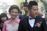 Jennifer Phạm rạng ngời xuất hiện bên chồng mới