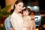 Trần Thị Quỳnh bế con gái đi sự kiện