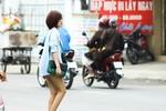 Midu mặc ngắn đi trên phố