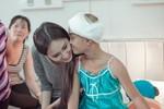 Mai Phương Thúy tới viện thăm bé Như Ý