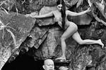 Dùng mẫu nude toàn thân... để thiền!