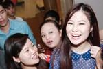 Fan hâm mộ 'lùng' Hương Tràm ở hậu trường