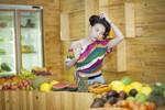 Trà Ngọc Hằng làm bà chủ cửa hàng bán trái cây