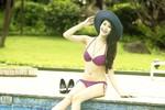 Siêu mẫu Hà Phương 'tránh nóng' ở bể bơi