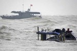 Chìm tàu ngoài khơi biển Đông, 3 ngư dân mất tích