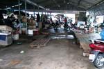 Chợ vắng hoe người bán cá biển