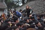 Người dân giẫm đạp lên nhau để xin Ấn đến Trần