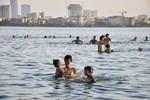 """Nắng 40 độ C: Người dân Hà Nội đổ xô đi """"giải nhiệt"""" ở hồ Tây"""