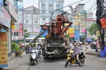 Hà Nội: Xe bơm bê tông kéo gãy cột điện gây ùn tắc giao thông