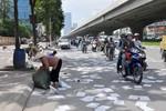 Hà Nội: Hàng nghìn tờ giấy phủ trắng đường vành đai như giải tờ rơi