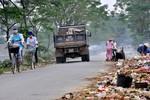 Rác thải ngập đường liên thôn ở huyện ven đô