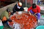 Chợ cá lớn nhất Hà Nội sôi động trước giờ ông Táo về trời