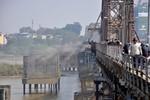 Rác tràn ngập Hồ Tây, giao thông trên cầu Long Biên ùn tắc