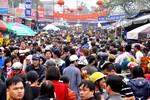 Hàng vạn người về lễ đầu năm tại Phủ Dày trong ngày họp chợ Viềng