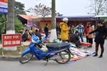 Hàng quán bày bán la liệt bất chấp lệnh cấm ở hội Lim