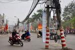 """""""Ma trận"""" cột điện trên phố Tân Mai thách thức người đi đường"""