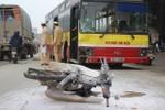 Đối đầu xe buýt, xe máy bốc cháy dữ dội