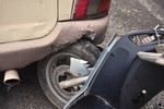 Hà Nội: Xe máy đâm đuôi xe khách khi dừng đèn đỏ