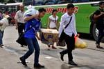 Vội vã gồng gánh đồ đạc trở lại Thủ đô sau kỳ nghỉ lễ