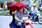 Người Hà Nội mệt mỏi đối phó với cái nắng đầu mùa