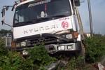 Xe container đâm vào dải phân cách, quốc lộ 22 kẹt cứng