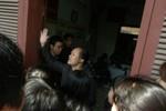 """Video: Hàng trăm người vây kín UBND xã phản đối """"phá trường xây chợ"""""""