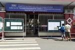 Thí sinh làm bài thi quốc gia, cổng trường thi thoải mái mở toang