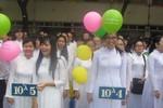 Áo dài là truyền thống, nữ sinh mặc đến trường rất duyên dáng