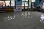 Nhiều trường học ở Sài Gòn nước ngập cả vào lớp, bùn đất khắp nơi