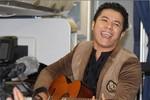 Kasim Hoàng Vũ ôm đàn, biểu diễn trên máy bay